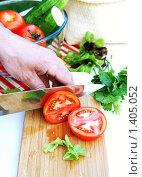 Мужчина режет спелые помидоры. Стоковое фото, фотограф Татьяна Емшанова / Фотобанк Лори