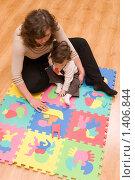 Купить «Мама с сыном играют на полу», фото № 1406844, снято 23 января 2010 г. (c) Влад  Плотников / Фотобанк Лори