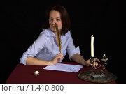 Девушка пытается сочинять литературное произведение. Стоковое фото, фотограф Сергей Дубров / Фотобанк Лори