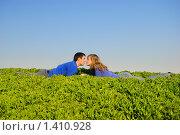 Парень и девушка лежат в траве и целуются, фото № 1410928, снято 12 апреля 2009 г. (c) Арестов Андрей Павлович / Фотобанк Лори