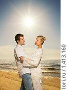 Счастливая молодая пара на берегу моря. Стоковое фото, фотограф Andrejs Pidjass / Фотобанк Лори