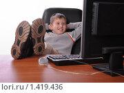 Подросток сидит за офисным столом. Стоковое фото, фотограф Анфимов Леонид / Фотобанк Лори
