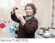 Купить «Пожилая женщина и лекарство», фото № 1421512, снято 24 апреля 2018 г. (c) Марьичева Марина / Фотобанк Лори