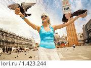 Купить «Красивая молодая девушка кормит голубей», фото № 1423244, снято 11 июня 2008 г. (c) Andrejs Pidjass / Фотобанк Лори