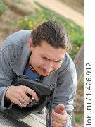 Купить «Молодой мужчина с воздушным пистолетом», фото № 1426912, снято 29 сентября 2009 г. (c) Федор Королевский / Фотобанк Лори