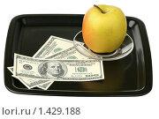 Купить «Доллары и яблоко на подносе», фото № 1429188, снято 30 января 2010 г. (c) Игорь Веснинов / Фотобанк Лори