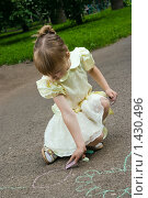 Девочка рисует на асфальте. Стоковое фото, фотограф Матвеева Наталья / Фотобанк Лори