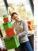 Купить «Девушка с подарочными коробками», фото № 1430772, снято 28 ноября 2007 г. (c) Andrejs Pidjass / Фотобанк Лори