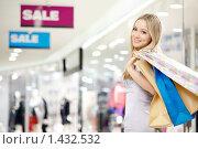 Купить «Девушка с покупками», фото № 1432532, снято 29 декабря 2009 г. (c) Raev Denis / Фотобанк Лори