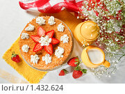 Блинный пирог с клубникой и взбитыми сливками. Стоковое фото, фотограф Лисовская Наталья / Фотобанк Лори