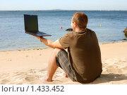 Купить «Мужчина, работающий на ноутбуке на пляже», фото № 1433452, снято 21 сентября 2009 г. (c) Дмитрий Яковлев / Фотобанк Лори