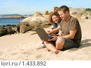 Купить «Мужчина и девушка, работающие на ноутбуке на пляже», фото № 1433892, снято 21 сентября 2009 г. (c) Дмитрий Яковлев / Фотобанк Лори
