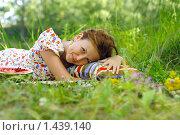 Девушка лежит в траве. Стоковое фото, фотограф Лизунова Анастасия / Фотобанк Лори