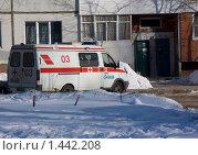 Купить «Скорая помощь у подъезда», фото № 1442208, снято 3 февраля 2010 г. (c) Дудакова / Фотобанк Лори