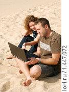 Купить «Мужчина и девушка, работающие на ноутбуке на пляже», фото № 1447072, снято 21 сентября 2009 г. (c) Дмитрий Яковлев / Фотобанк Лори
