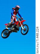 Купить «Мотоцикл в воздухе», фото № 1448224, снято 26 мая 2007 г. (c) Владимир Фаевцов / Фотобанк Лори