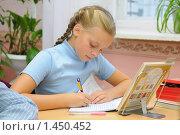 Купить «Девочка пишет в тетради на уроке», эксклюзивное фото № 1450452, снято 24 сентября 2009 г. (c) Вячеслав Палес / Фотобанк Лори