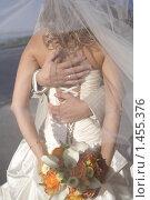 Жених обнимает невесту. Стоковое фото, фотограф Лизунова Анастасия / Фотобанк Лори