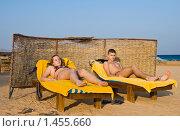 Купить «Мальчик и девочка, подростки загорают на шезлонгах на пляже на фоне моря», фото № 1455660, снято 15 января 2010 г. (c) Светлана Силецкая / Фотобанк Лори