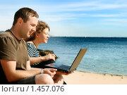 Купить «Мужчина и девушка, работающие на ноутбуке на пляже», фото № 1457076, снято 21 сентября 2009 г. (c) Дмитрий Яковлев / Фотобанк Лори