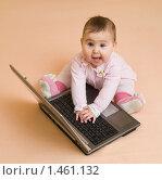 Маленький ребенок с ноутбуком. Стоковое фото, фотограф Сергей Матвеев / Фотобанк Лори