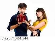 Купить «Мужчина обрадован подарком девушки», фото № 1461544, снято 18 ноября 2018 г. (c) Швайгерт Екатерина / Фотобанк Лори