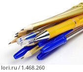 Ручки и карандаши на белом фоне. Стоковое фото, фотограф Владимир Зорин / Фотобанк Лори