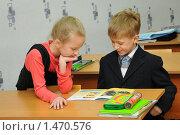 Купить «Дети читают на перемене журнал», эксклюзивное фото № 1470576, снято 16 марта 2009 г. (c) Вячеслав Палес / Фотобанк Лори