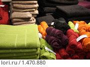 Купить «Полотенца в магазине», фото № 1470880, снято 30 декабря 2009 г. (c) Наталья Белотелова / Фотобанк Лори