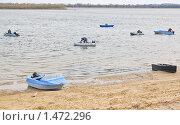 Купить «Люди и лодки», эксклюзивное фото № 1472296, снято 10 апреля 2009 г. (c) Алёшина Оксана / Фотобанк Лори