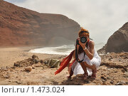 Девушка с фотоаппаратом на берегу океана. Стоковое фото, фотограф Ярослава Синицына / Фотобанк Лори