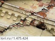 Трещина на кирпичной стене. Стоковое фото, фотограф Сергей Флоренцев / Фотобанк Лори