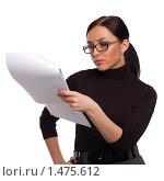 Девушка в очках, читающая документы, на белом фоне. Стоковое фото, фотограф Михаил Пименов / Фотобанк Лори