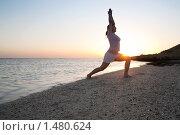 Девушка занимается йогой на восходе солнца. Стоковое фото, фотограф Яков Филимонов / Фотобанк Лори
