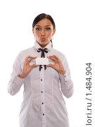 Девушка, демонстрирующая визитку (белую карточку), на белом фоне. Стоковое фото, фотограф Михаил Пименов / Фотобанк Лори