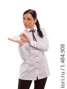 Девушка, стильно демонстрирующая визитку (белую карточку), на белом фоне. Стоковое фото, фотограф Михаил Пименов / Фотобанк Лори