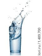 Купить «Всплеск воды в стеклянном стакане», фото № 1489700, снято 7 декабря 2009 г. (c) Ярослав Данильченко / Фотобанк Лори