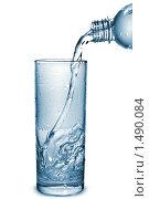 Купить «Вода льется в стакан», фото № 1490084, снято 28 сентября 2009 г. (c) Ярослав Данильченко / Фотобанк Лори