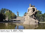Купить «Монумент «Родина-мать зовёт!» и скульптура советского воина «Стоять насмерть!» на аллее памяти в городе Волгограде», фото № 1491756, снято 22 сентября 2009 г. (c) Галина Онищенко / Фотобанк Лори