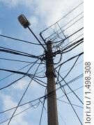 Электрический фонарь и пересечение запутанных электрических проводов. Стоковое фото, фотограф Sergii Korshun / Фотобанк Лори