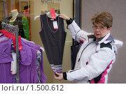 Женщина выбирает одежду в магазине (2010 год). Редакционное фото, фотограф Николай Коржов / Фотобанк Лори