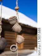 Сувенирные глиняные горшки на фоне деревенской избы. Стоковое фото, фотограф Ипполитов Александр / Фотобанк Лори