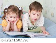 Купить «Дети читают книгу», фото № 1507796, снято 17 января 2010 г. (c) Анна Игонина / Фотобанк Лори