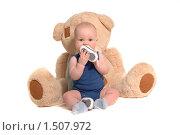 Купить «Малыш с огромным плюшевым медведем грызет ботинки», фото № 1507972, снято 5 ноября 2009 г. (c) Юлия Кашкарова / Фотобанк Лори