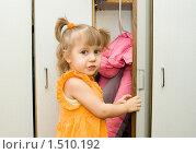 Купить «Девочка в детском саду достает одежду из шкафчика», фото № 1510192, снято 25 февраля 2010 г. (c) Типляшина Евгения / Фотобанк Лори