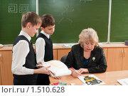 Купить «Ученики сдают на проверку свои рисунки учителю», фото № 1510628, снято 26 февраля 2010 г. (c) Федор Королевский / Фотобанк Лори