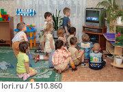 Купить «Дети смотрят телевизор в детском саду», эксклюзивное фото № 1510860, снято 27 ноября 2007 г. (c) Вячеслав Палес / Фотобанк Лори
