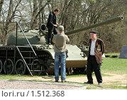 "Купить «Ветеран в музее ""Истории танка Т-34"" рядом со средним танком Т-54А», фото № 1512368, снято 19 апреля 2019 г. (c) Татьяна Нафикова / Фотобанк Лори"