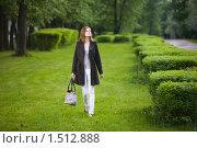 Купить «Девушка гуляет в парке», фото № 1512888, снято 20 мая 2009 г. (c) Фурсов Алексей / Фотобанк Лори