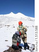 Купить «Альпинист в каске опирается на рюкзак на фоне вершины Эльбрус. Кабардино-Балкария, Кавказ», фото № 1513588, снято 13 августа 2009 г. (c) Воу-воу-воу пам-па-рам / Фотобанк Лори